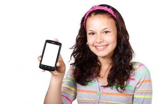 Chica contenta con su primer teléfono