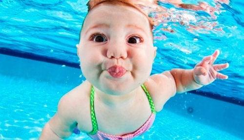 Desde que son bebés es posible enseñar a los niños a nadar.