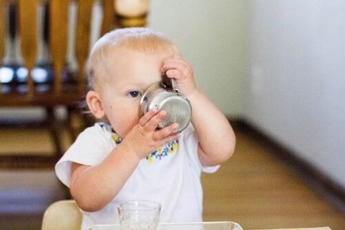 bebe con vaso de agua