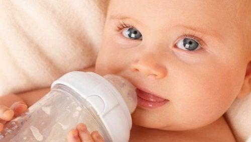 ¿Cuánta agua necesita tomar tu bebé?