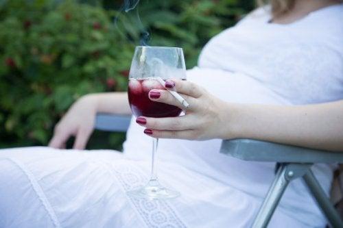 embarazada bebiendo alcohol y fumando