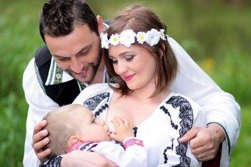 Cómo te puede ayudar tu pareja mientras amamantas a tu hijo