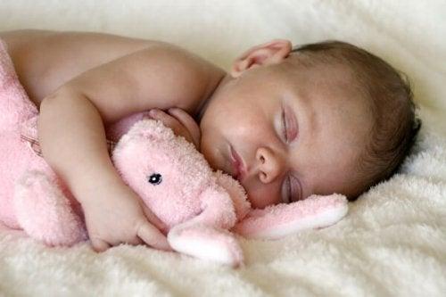 fotos-de-bebes-durmiendo-bebe-con-peluche-durmiendo-600x399