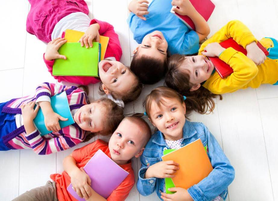 Enfants avec des livres et cahiers colorés