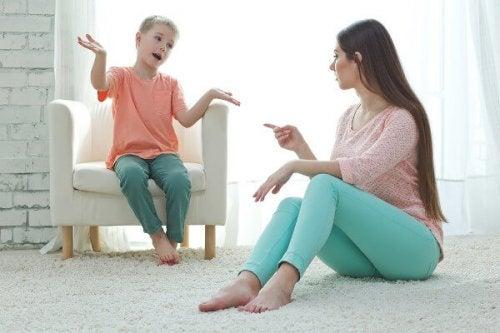 madre dialogando con su hijo para disciplinarlo
