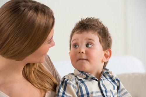 madre hablando sobre comportamiento con su hijo