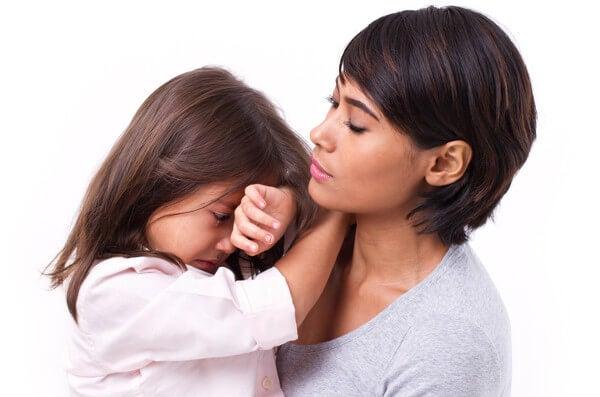 madre hablando con su hija sobre sus sentimientos