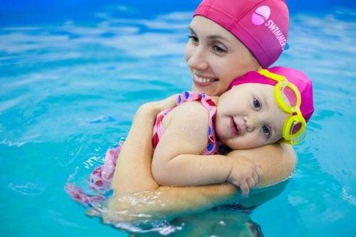 mamá con bebé en piscina