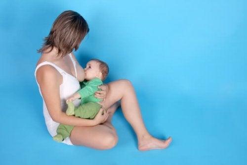 mamá amantando a niño de seis meses