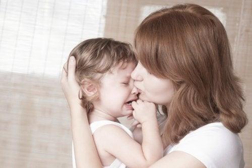 mamá consolando hijo