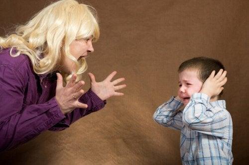 mama gritando a su niño para disciplinarlo