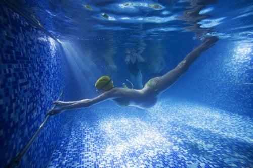 mujer embarazada haciendo natación