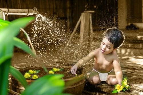 niño se ha desnudado para refrescarse
