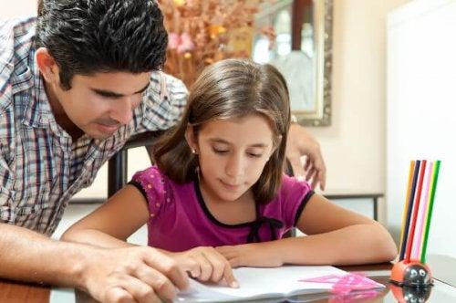 Il est essentiel d'aider l'enfant pour qu'il apprenne à faire ses devoirs tout seul.