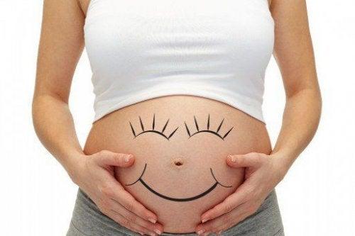 Mamás más alegres tienen bebes más activos