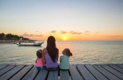 Une maman en vacances avec ses deux enfants