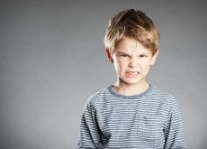 niño con mal humor