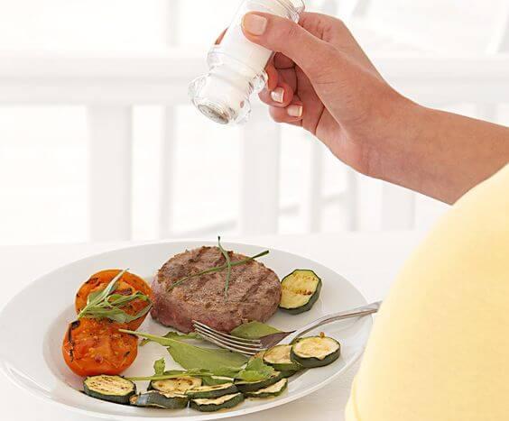 Lo que debes saber sobre el consumo de sal durante el embarazo