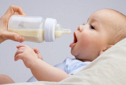 ¿Se puede mezclar la leche materna con la leche de fórmula?
