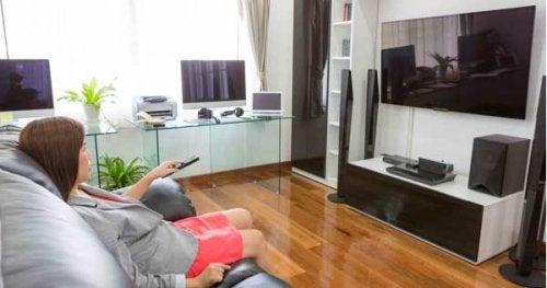 e-mujer-viendo-television1