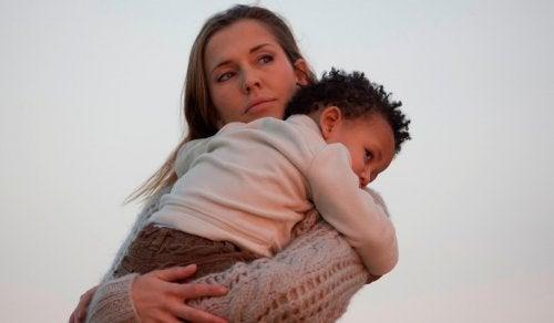 mamá con su hijo consciente de que no lo ha tratado bien