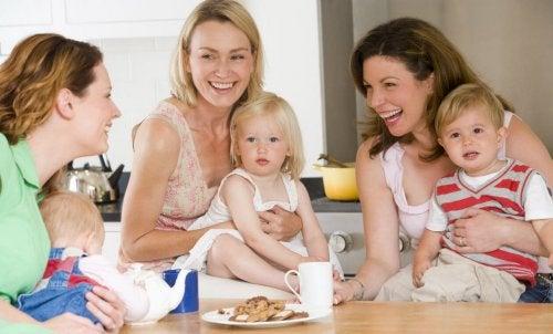 grupo de madres hablando