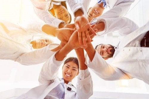 Médicos unidos por la salud y el bienestar humano