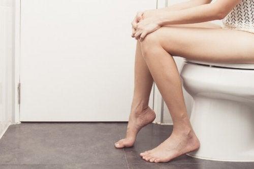 mujer en inodoro para comprobación de modo cervical