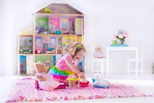 Niña jugando en su nuevo dormitorio