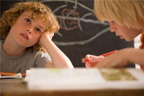 Algunos niños necesitan mejorar su concentración para obtener resultados positivos en la escuela.