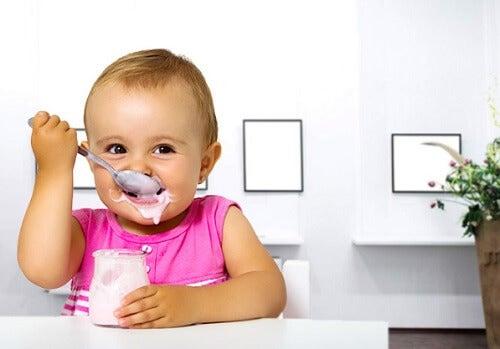bébé mange un yaourt