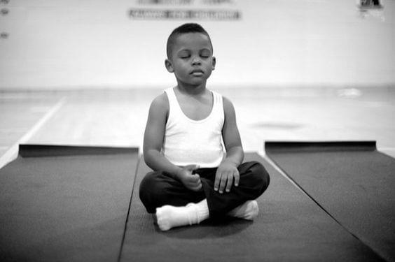 Une jeune garçon qui médite.