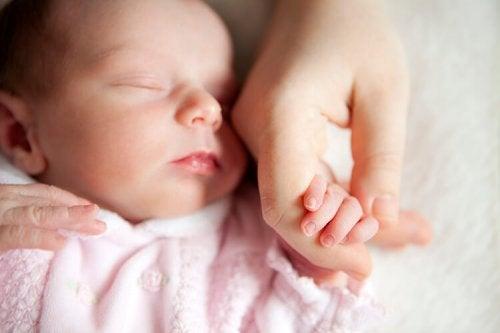 bebe tomado de la mano