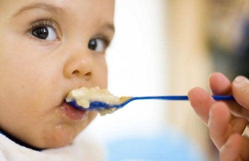 Las papillas son excelentes para introducir los cereales en la dieta del bebé.