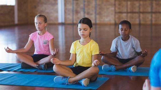 Trois enfants qui méditent.
