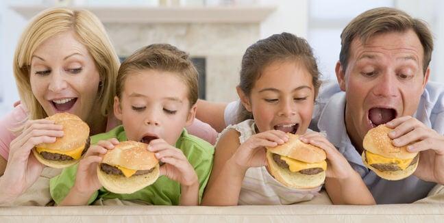 Enseña a tu hijo la importancia de cenar en familia