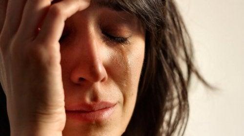 Le syndrome du nid vide peut causer une profonde tristesse chez les parents.