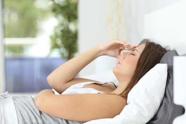 Mujer embarazada con nauseas descansando