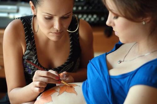 La moda de las barrigas pintadas se ha extendido a nivel mundial.