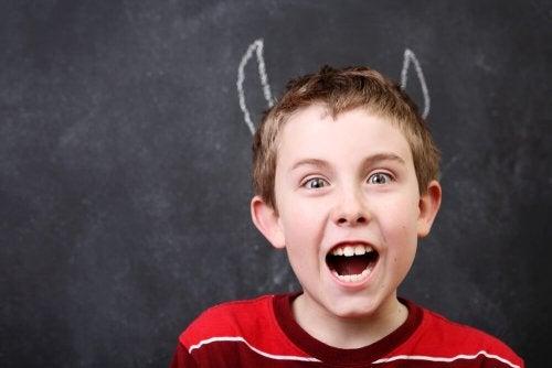 Niño con mal comportamiento