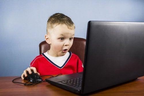 Los niños aprenden a manejar los ordenadores de manera fácil y rápida