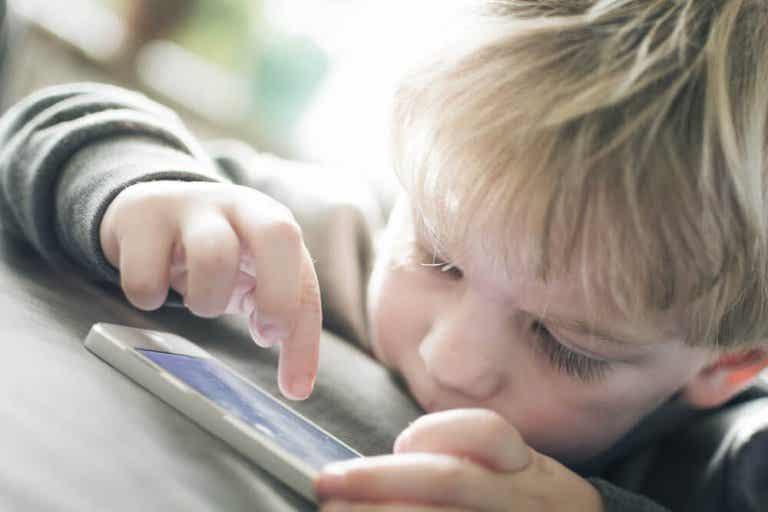 Mucho tiempo delante de las pantallas es malo para los niños