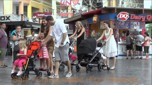 familia en carritos de bebe