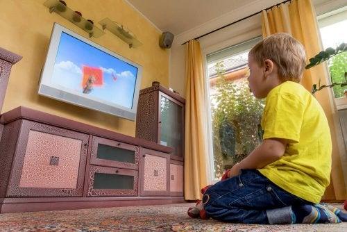 Los padres tienen el deber de evitar que los niños vean mucha televisión.