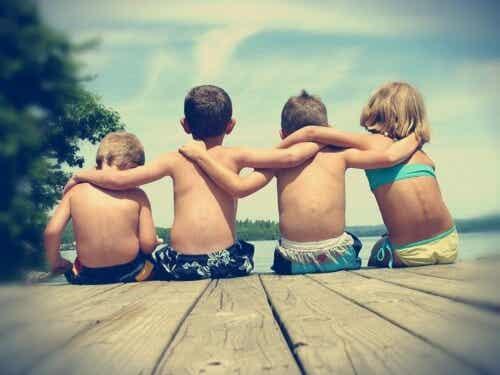 ¿Se puede enseñar a un niño a hacer amigos?