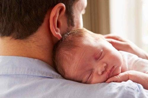 papa con bebe en brazos