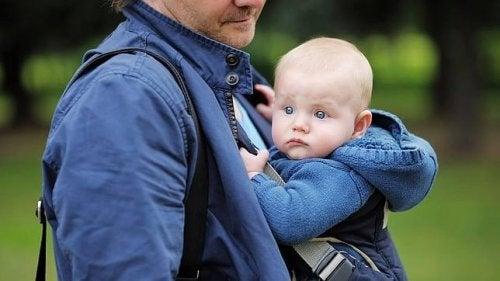 El porteo ergonómico: la crianza en brazos que se disfruta en familia