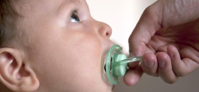 3  razones por las que tu bebé no quiere dejar el chupete