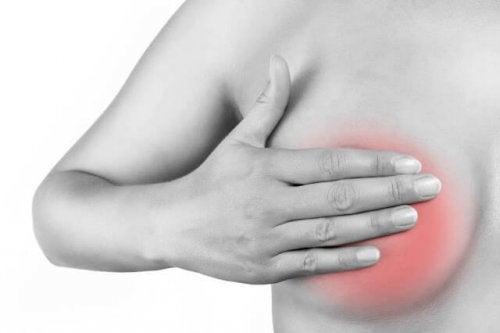 La mastitis periductal suele causar dolor a quienes la padecen.