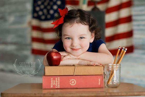 Petite fille avec des livres et des crayons